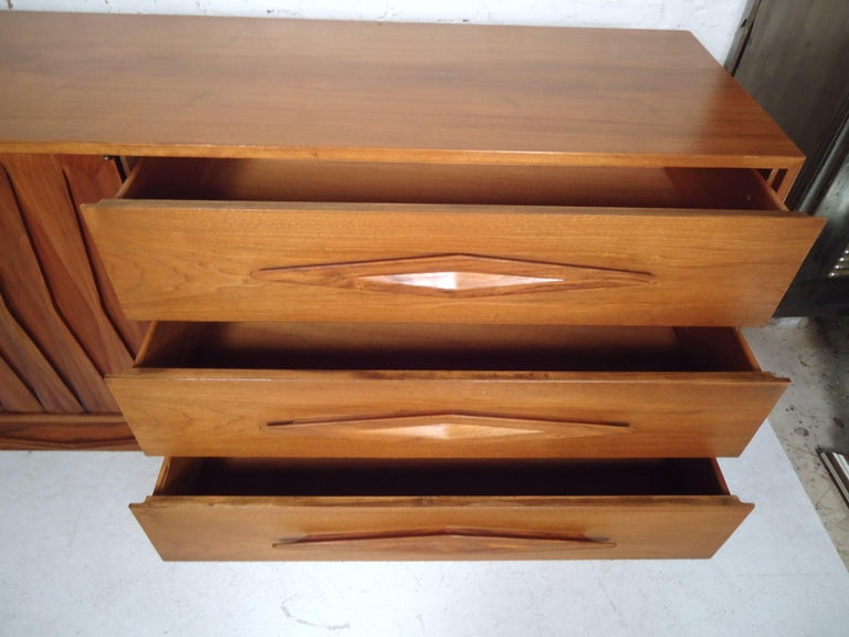 Mid-Century Modern Walnut Credenza For Sale 2
