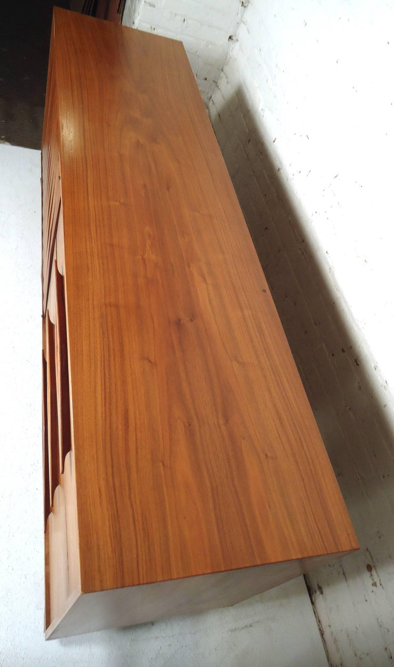 Mid-Century Modern Walnut Credenza For Sale 3