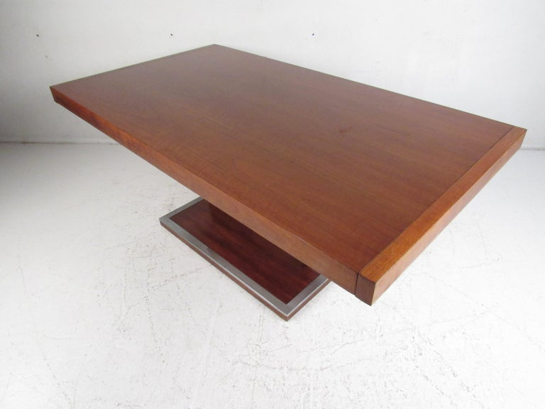 Mid-Century Modern Walnut Dining Table with a Pedestal Base In Good Condition In Brooklyn, NY
