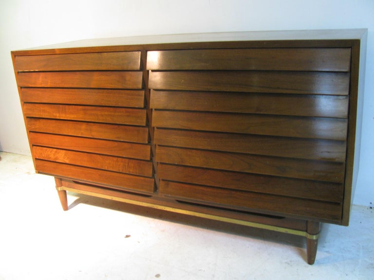 Mid-Century Modern Walnut Dresser American of Martinsville by Merton Gershun In Good Condition For Sale In Port Jervis, NY