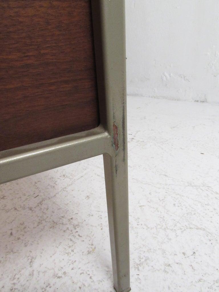 Mid-Century Modern Walnut Dresser For Sale 6