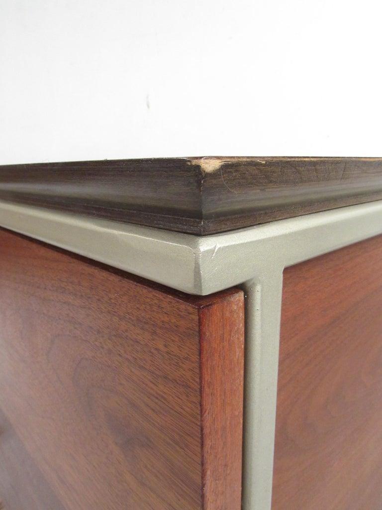 Mid-Century Modern Walnut Dresser For Sale 7