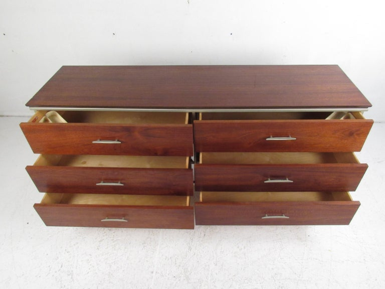Mid-Century Modern Walnut Dresser In Good Condition For Sale In Brooklyn, NY