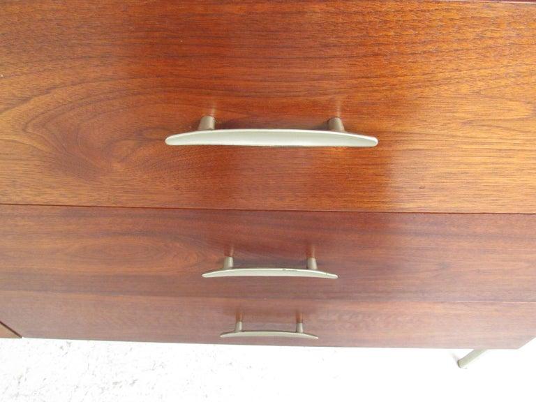 Mid-Century Modern Walnut Dresser For Sale 1