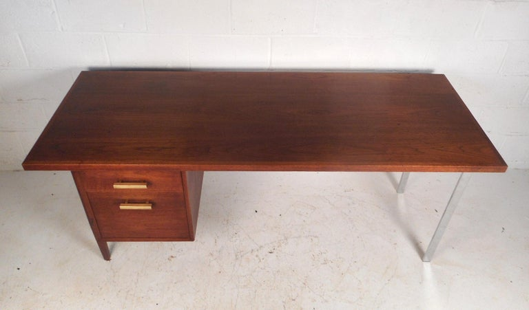 Mid-Century Modern Walnut Executive Desk In Good Condition For Sale In Brooklyn, NY