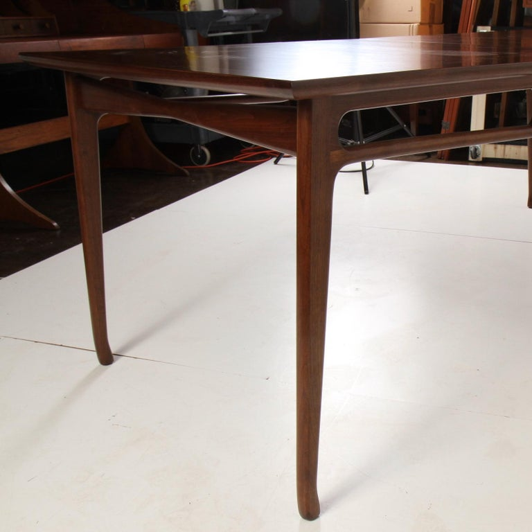 Mid-Century Modern Walnut Extension Dining Table In Good Condition For Sale In Darien, CT