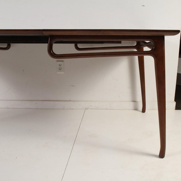 20th Century Mid-Century Modern Walnut Extension Dining Table For Sale