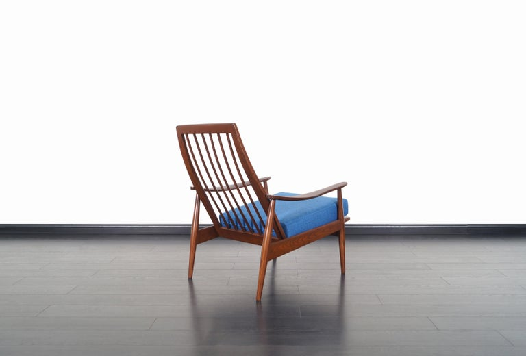 Mid-Century Modern Walnut Lounge Chairs For Sale 4