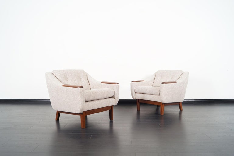 Mid-Century Modern Walnut Lounge Chairs In Excellent Condition For Sale In Burbank, CA