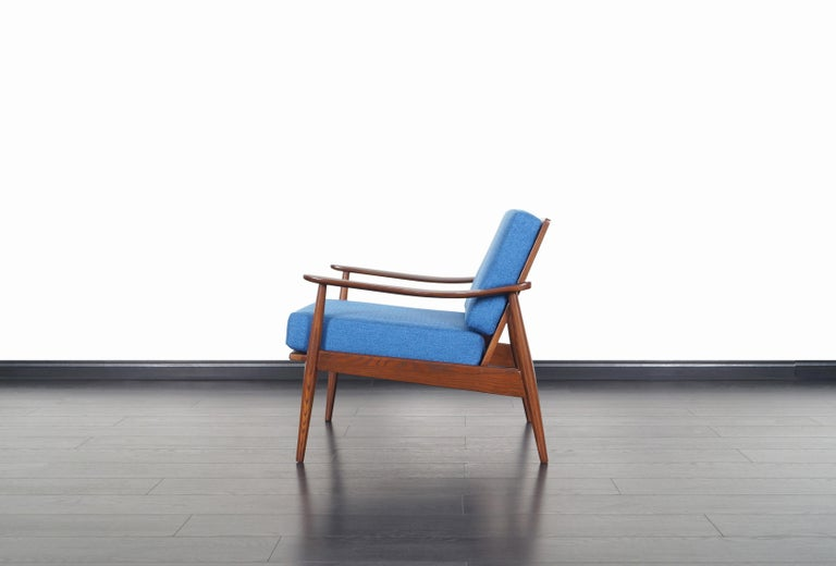 Mid-Century Modern Walnut Lounge Chairs For Sale 1