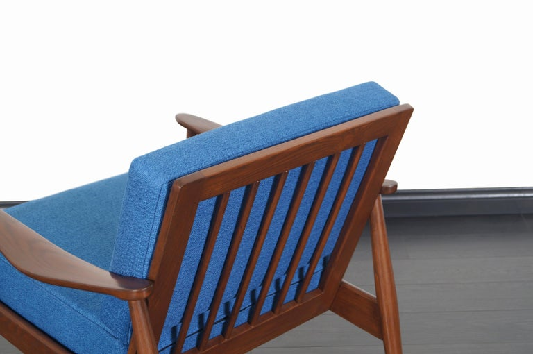 Mid-Century Modern Walnut Lounge Chairs For Sale 3
