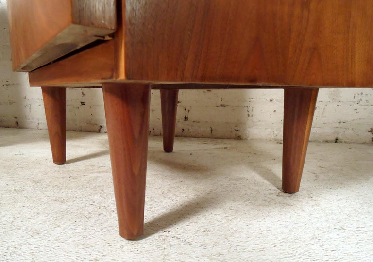 Mid-Century Modern Walnut Nightstands For Sale 5
