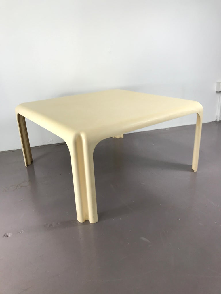 Mid-Century Modern White Acrylic Coffee Table by Vico Magistretti for Artemide For Sale 1
