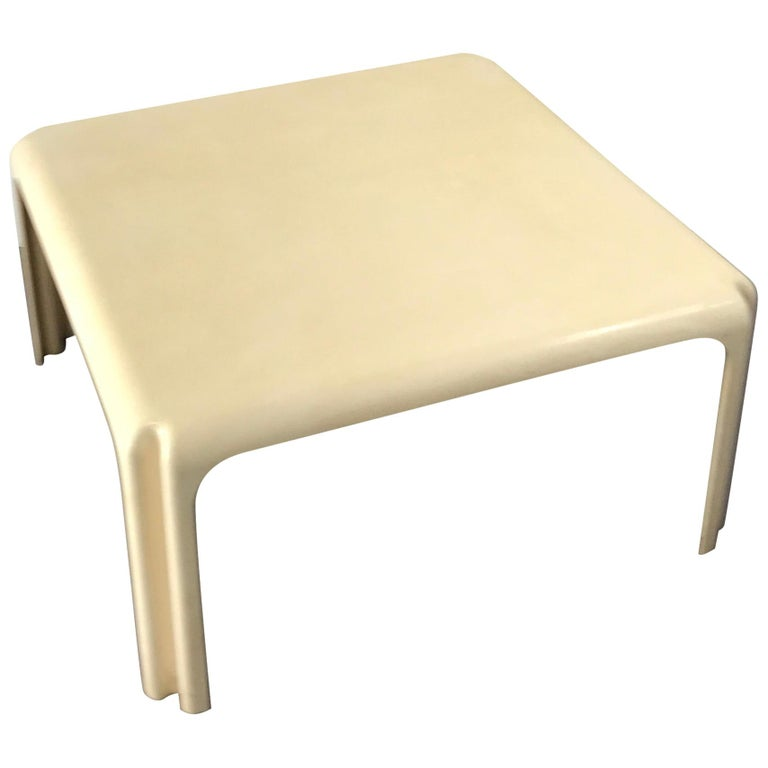 Mid-Century Modern White Acrylic Coffee Table by Vico Magistretti for Artemide For Sale