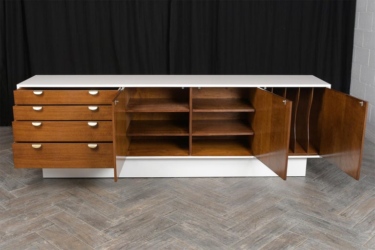 Mid-Century Modern White Lacquered Credenza In Good Condition For Sale In Los Angeles, CA