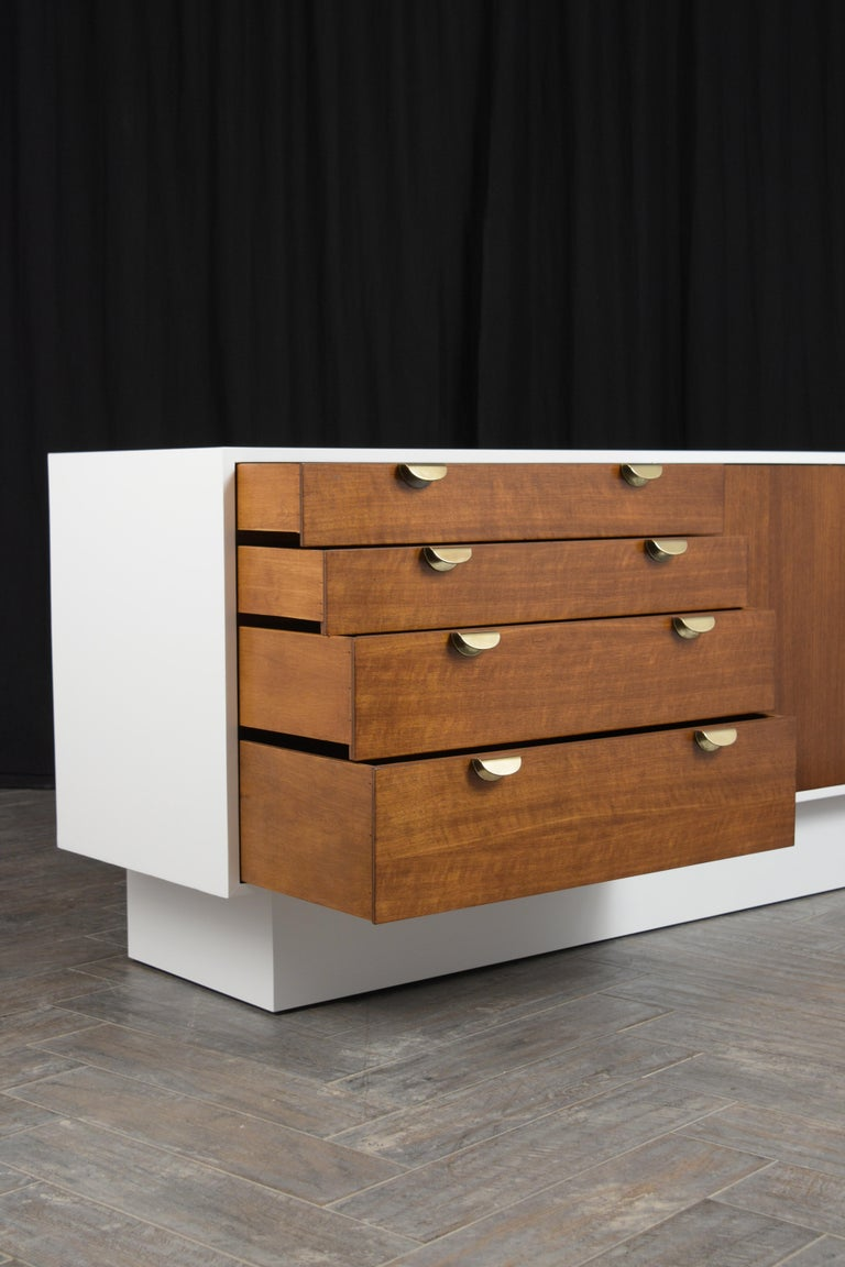 Brass Mid-Century Modern White Lacquered Credenza For Sale
