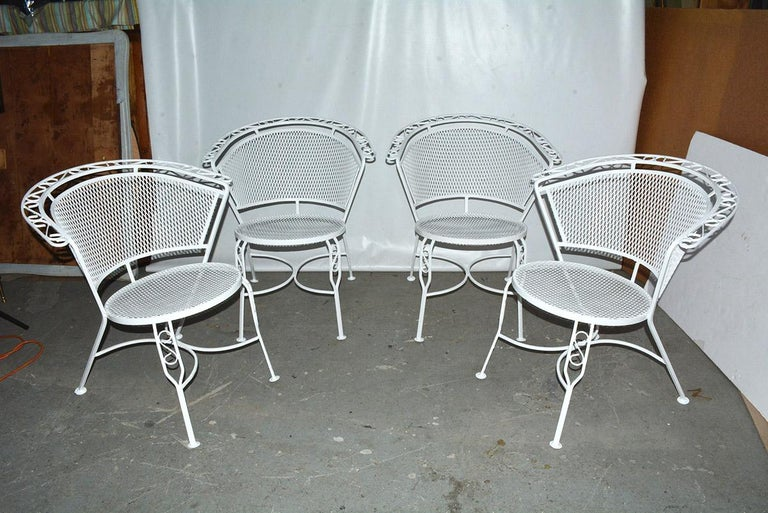 Mid-Century Modern Woodard Style Patio Dining Set In Good Condition For Sale In Great Barrington, MA