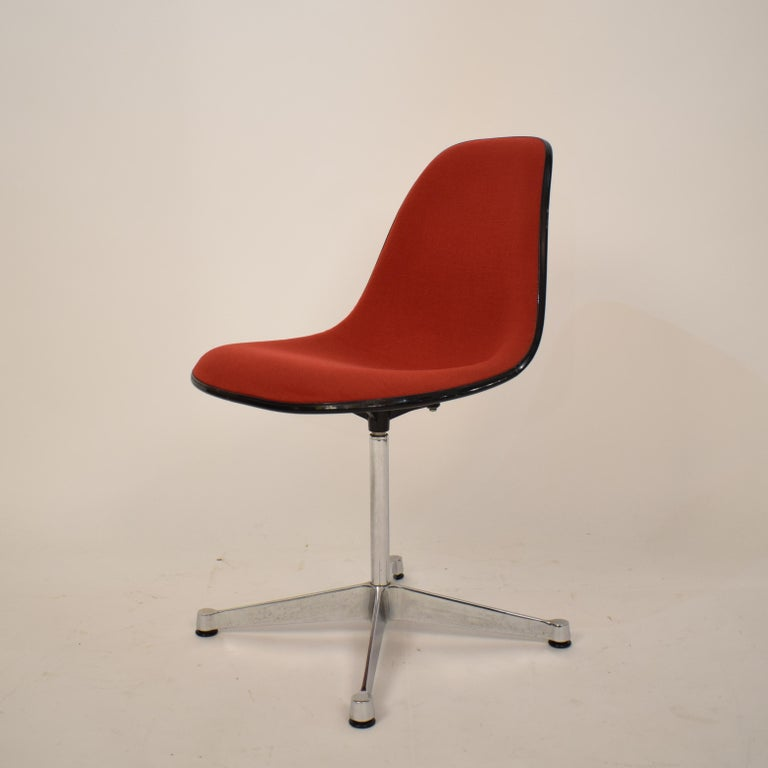 Midcentury Padded Red Side /Pedestal Chair by Eames by Vitra for Herman Miller In Good Condition For Sale In Berlin, DE