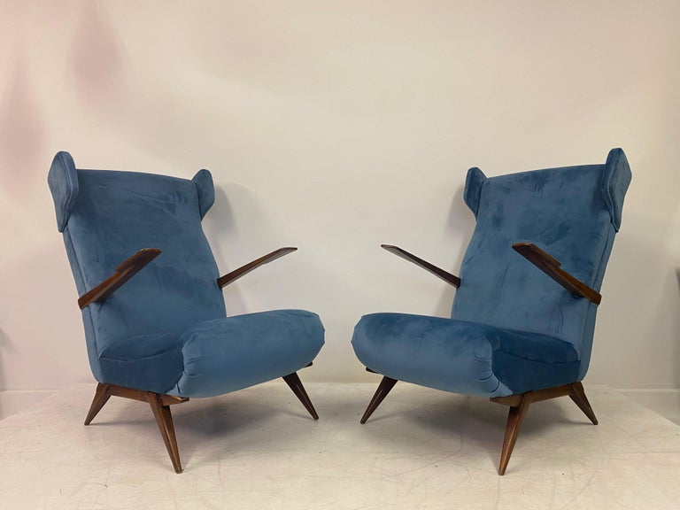 Midcentury Pair of 1950s Italian Armchairs in Blue Velvet In Good Condition For Sale In London, London