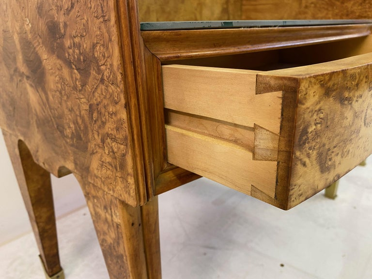 Midcentury Pair of 1950s Italian Bedside Tables in Burl Wood For Sale 3