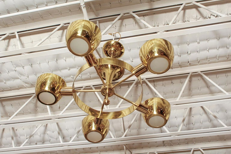 Professionally polished and rewired 1960s brass chandelier by Lightolier in the manner Gerald Thurston or Gino Sarfatti.