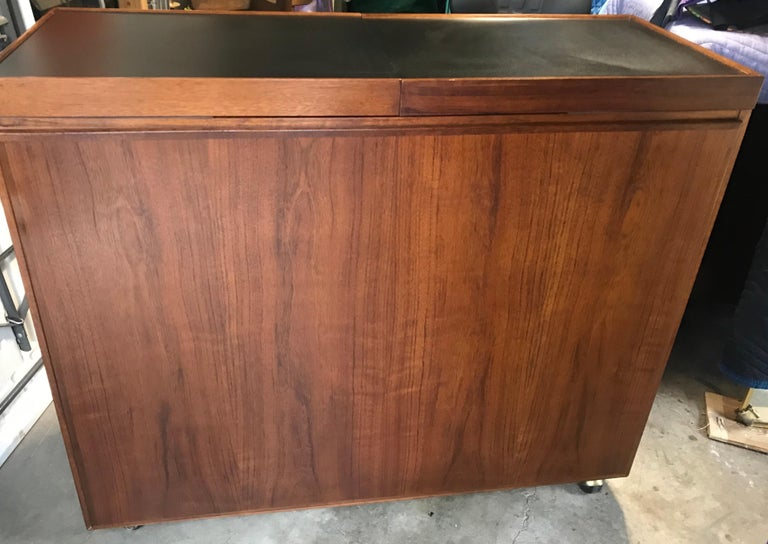 Mid Century Rosewood Cocktail Bar by Jack Cartwright for Founders Furniture Co. In Good Condition For Sale In Bedford Hills, NY