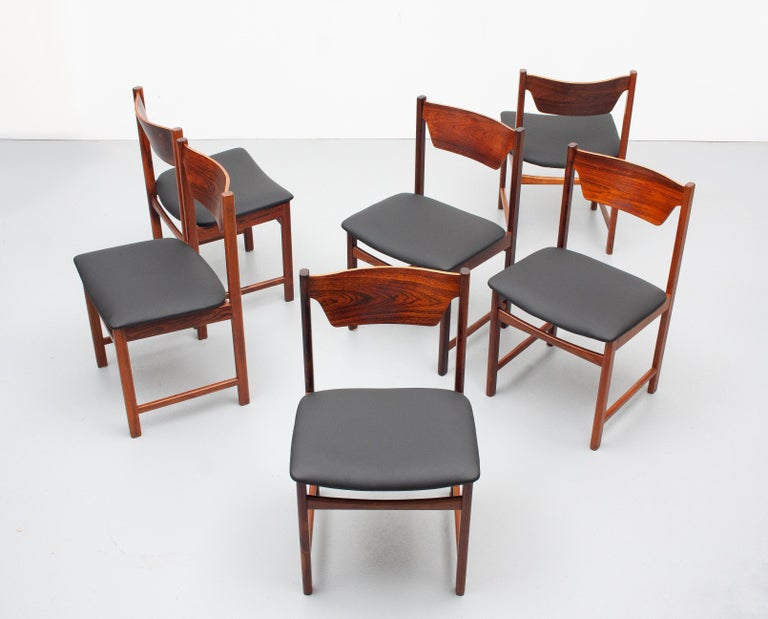 Mid Century wooden Dining Chairs Black Leather In Good Condition For Sale In Den Haag, NL