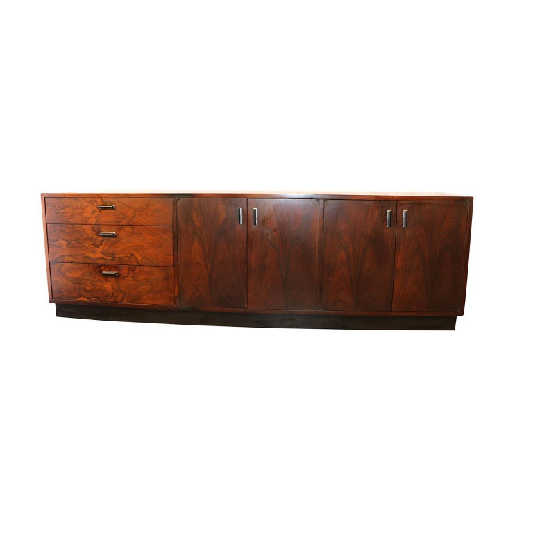 This gorgeous remarkable low sideboard dresser in the style of Milo Baughman is a very high-quality work, crafted with deep color and gorgeous flowing grains. Features a selection of brilliant Brazilian Rosewood veneer throughout. Very well made,
