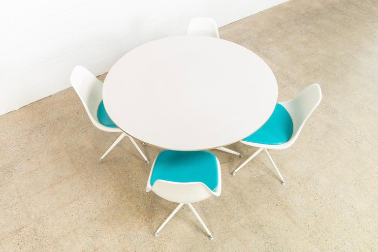 Midcentury Saarinen Style Burke Tulip Table and 4 Chairs Dining Set, 1960s In Good Condition For Sale In Detroit, MI