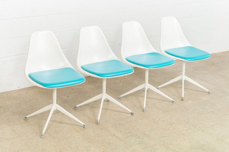 Mid-20th Century Midcentury Saarinen Style Burke Tulip Table and 4 Chairs Dining Set, 1960s For Sale