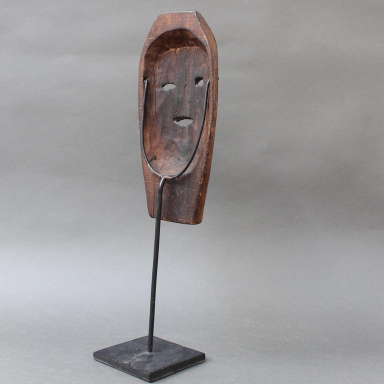 Midcentury Sculpted Wooden Traditional Mask from Timor Island, Indonesia In Good Condition For Sale In London, GB