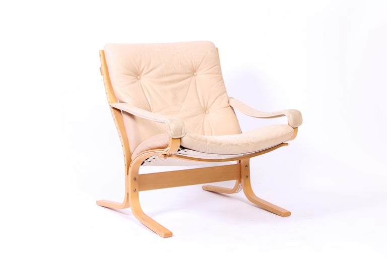 A vintage easy chair designed by Norwegian designer Ingmar Relling in the 1960s. The chair has a bentwood frame and original leather upholstery. Very good vintage condition with signs of usage and patina consistent with age.