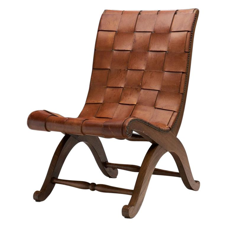 This stunning slipper chair is a mid-century piece in a neoclassical style that is the result of the collaboration of French design and Spanish manufacturing. With its great graphic expression, this chair is iconic of both Valenti and