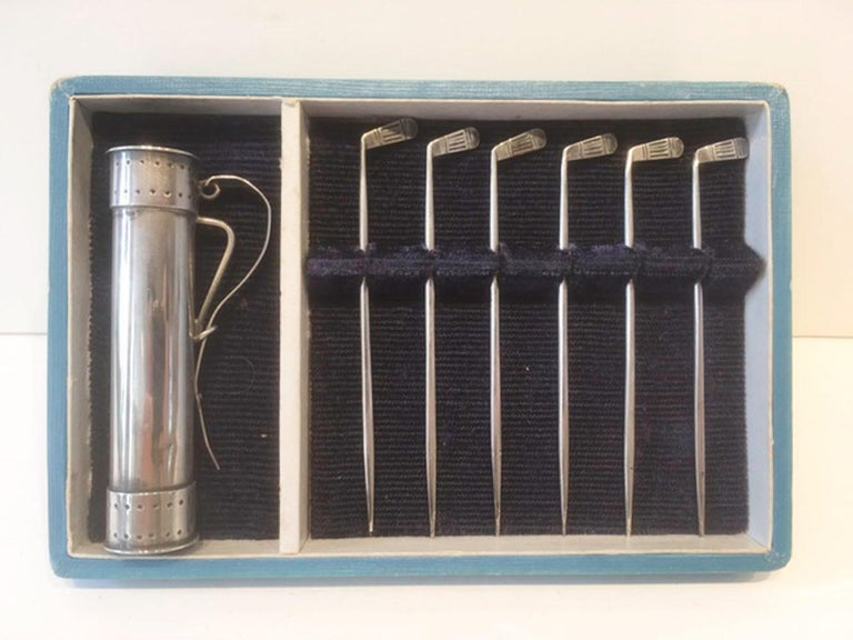 Set of 6 cocktail picks in the form of golf clubs with a golf bag form holder. The golf bag is marked Sterling 950 on the bottom. The set comes in its original fitted box (box shows wear).