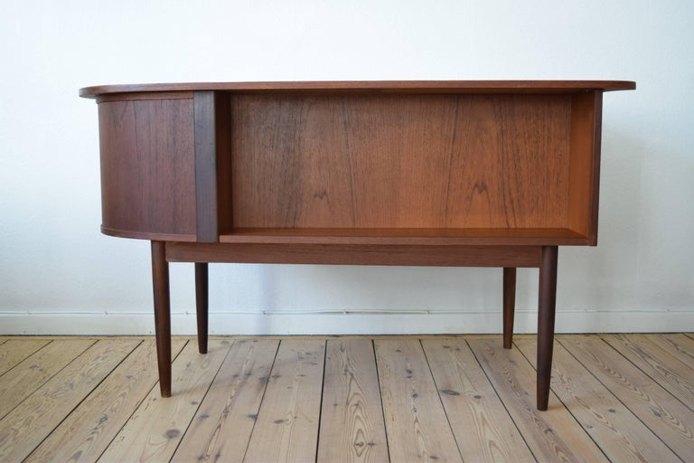 Midcentury Teak Kidney Shaped Desk, 1950s In Good Condition For Sale In Nyborg, DK