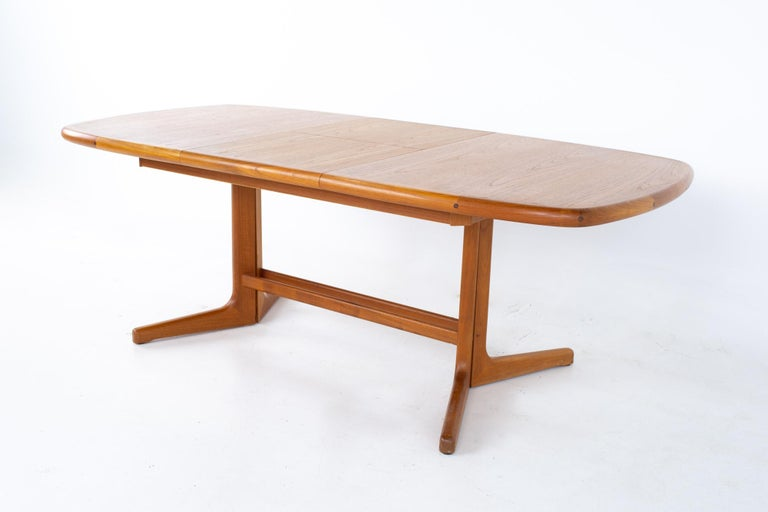 Mid Century Teak Oval Expanding Dining Table In Good Condition In La Grange, IL