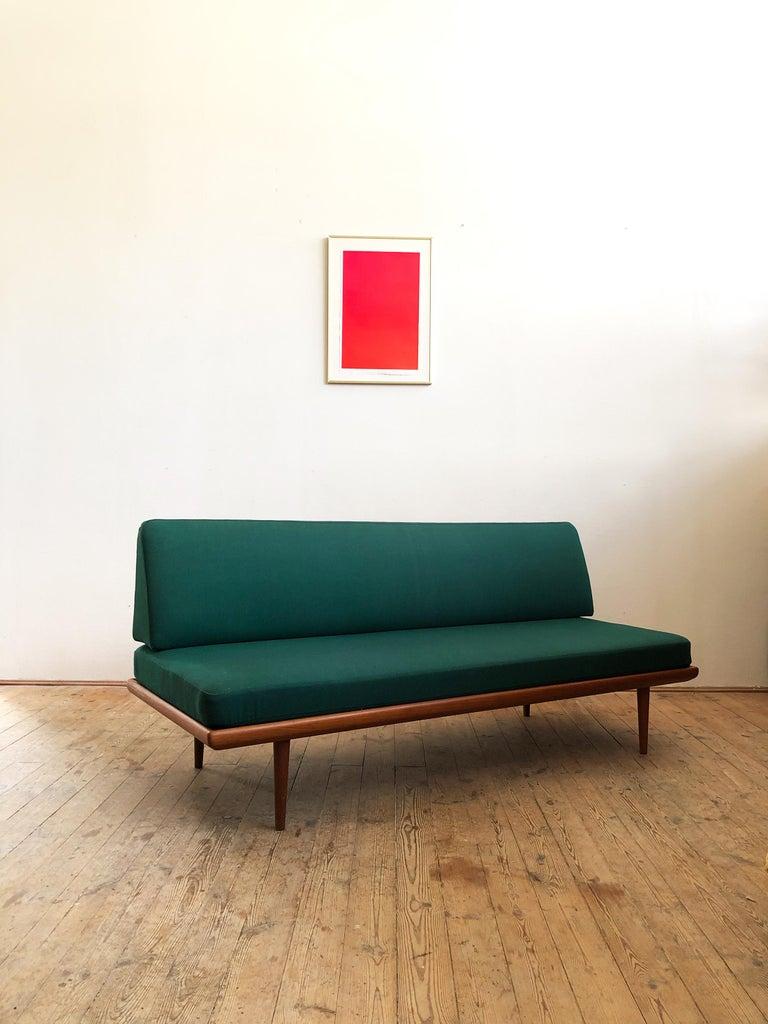 Minimalistisches sofa aus Teakholz von Peter Hvidt und Orla Mølgaard Nielsen für France & Son. Die Originalen Federkernpolster sind sehr bequem und liegen auf gummierten Spannfedern auf. Das Rückenkissen wird durch einen Holzrahmen gestützt, der