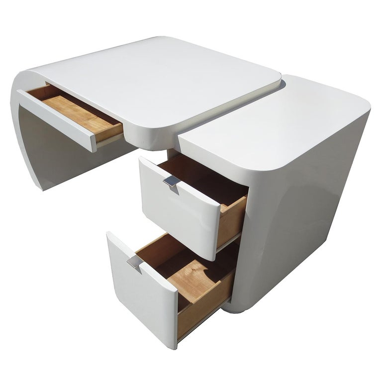 Midcentury White Lacquered Desk In Good Condition For Sale In North Hollywood, CA