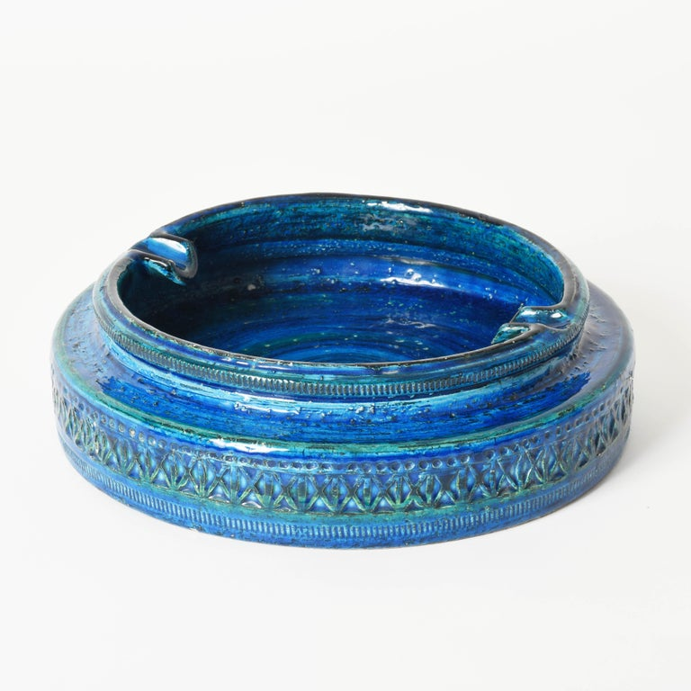 Beautiful and large round midcentury ashtray in blue glazed ceramic (Rimini Blu). This amazing piece was designed by Aldo Londi and produced by Bitossi in Italy during 1960s. 