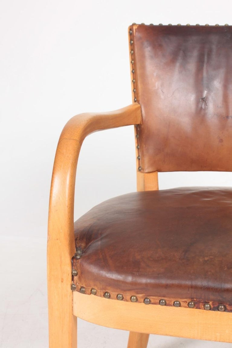Scandinavian Modern Midcentury Armchair in Patinated Leather by Fritz Hansen, Danish Design, 1940s For Sale