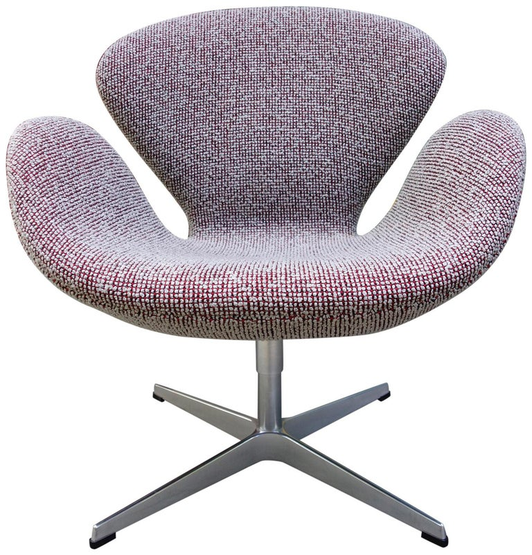 Scandinavian Modern Midcentury Arne Jacobsen Swan Chairs for Fritz Hansen For Sale