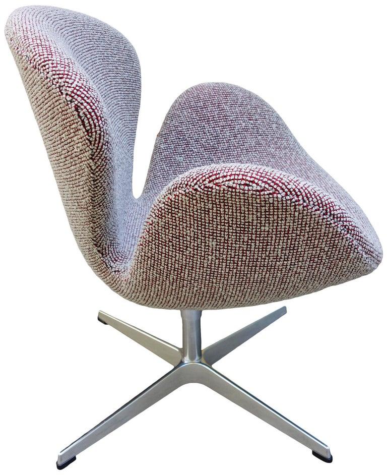 Danish Midcentury Arne Jacobsen Swan Chairs for Fritz Hansen For Sale