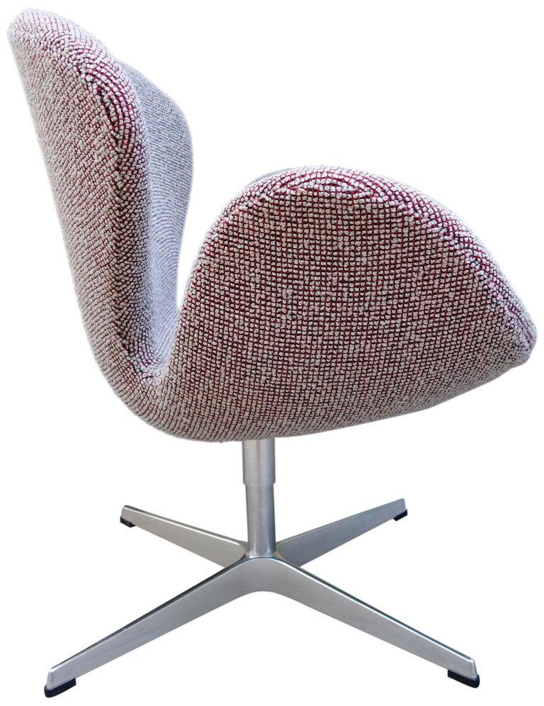 20th Century Midcentury Arne Jacobsen Swan Chairs for Fritz Hansen For Sale