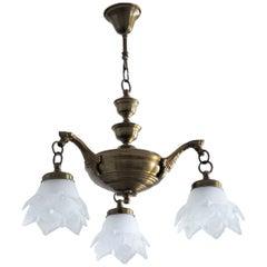 Dreiarmiger Art Deco Kronleuchter aus Messing und Mattiertem Glas in Form von Tulpen
