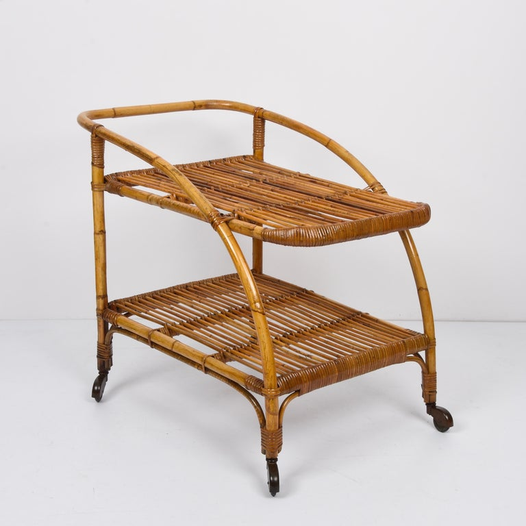Midcentury Bamboo and Rattan Italian Serving Bar Cart Trolley with Wheels, 1950s In Good Condition For Sale In Roma, IT