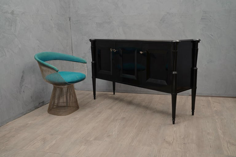 Important sideboard with the characteristic Italian style of Paolo Buffa, Vittorio Dassi and Osvaldo Borsani. All in elegant polishing in black shellac.