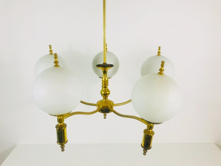 Midcentury Brass Chandelier in the Style of Maison Lunel, 1950s In Good Condition For Sale In Hagenbach, DE