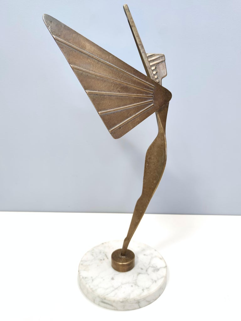 Midcentury Brass Nike Decorative Object with a Marble Pedestal In Good Condition For Sale In Bresso, Lombardy