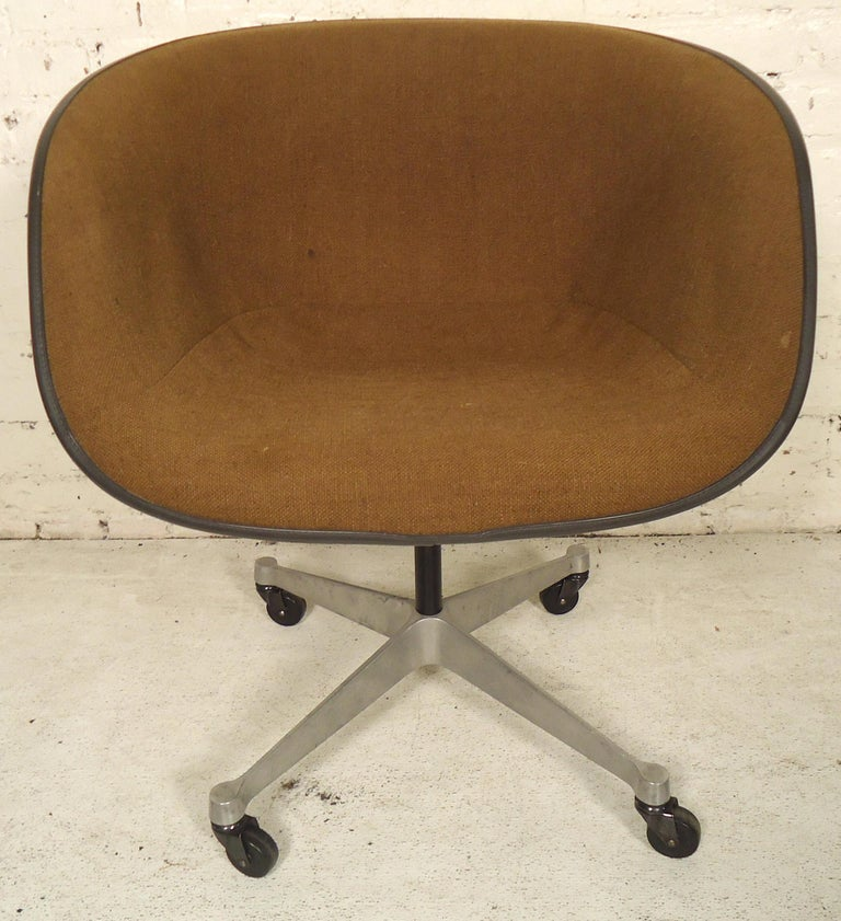 Molded fiberglass chair set on aluminum rolling base. Great vintage modern office design for the modern home.  (Please confirm item location - NY or NJ - with dealer).