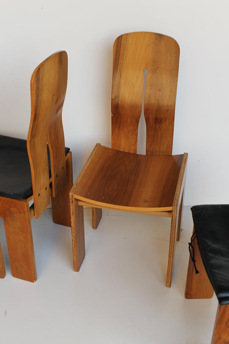 Late 20th Century Midcentury Carlo Scarpa Walnut and Black Leather Chairs for Bernini, Italy, 1977 For Sale